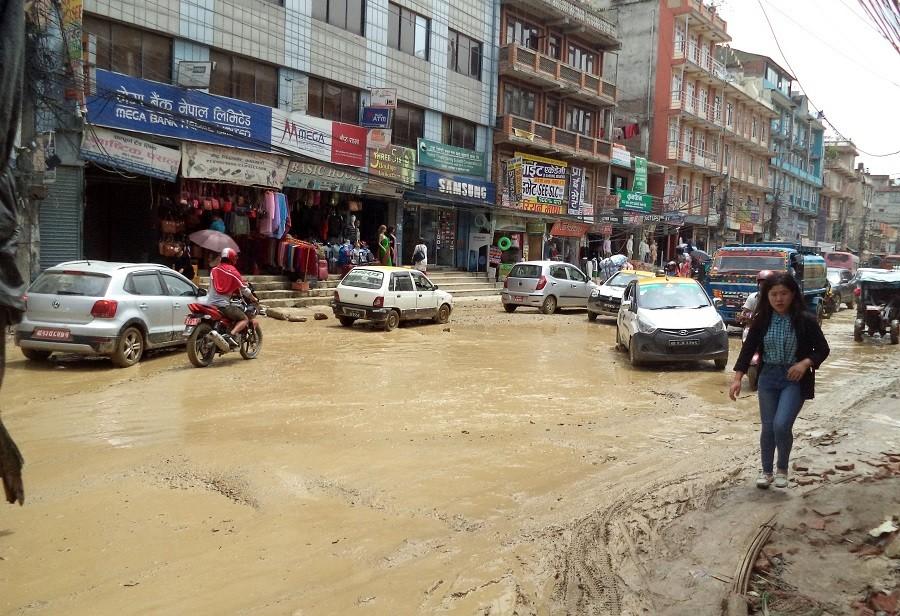 राजधानीका सडकको हालतः घामलाग्दा धुलाम्मै, पानी पर्दा हिलाम्मै