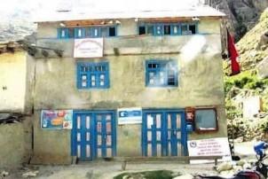 आर्थिक अनियमितता छानवीनको माग गर्दै गाउँपालिका कार्यालयमा तालाबन्दी