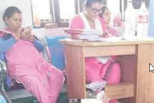 विद्यार्थी बेहोस, शिक्षिकाहरू मोबाइलमा व्यस्त