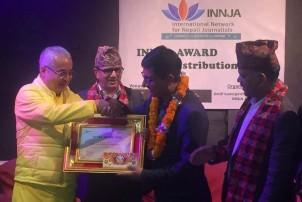 पत्रकार अजय बाबुलाई ईन्जा साहसी पत्रकारिता पुरस्कार प्रदान
