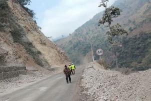 मुग्लिन-नारायणगढ सडकखण्डमा सुख्खा पहिरोले राजमार्ग अवरुद्ध
