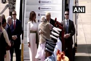 ट्रम्प भारत पुगे, मोदीद्वारा स्वागत